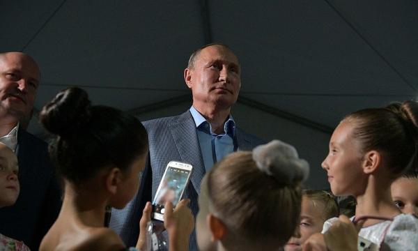 Путин стал на колено и поцеловал руку маленькой балерине