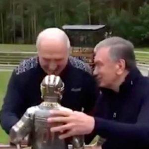 «О, здесь Коля!»: Лукашенко подарили железного хоккеиста